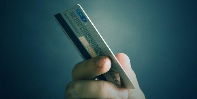 カードで支払う